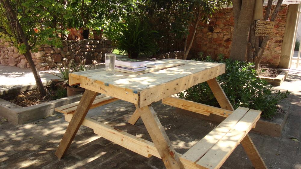 mesa campestre con madera reutilizada de tarimas gnu